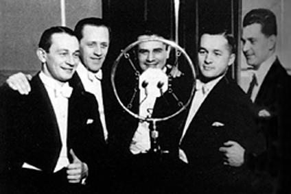 Chór Dana (pierwszy z lewej Mieczysław Fogg, w środku Władysław Daniłowski) przed mikrofonem Polskiego Radia (1934 r.)